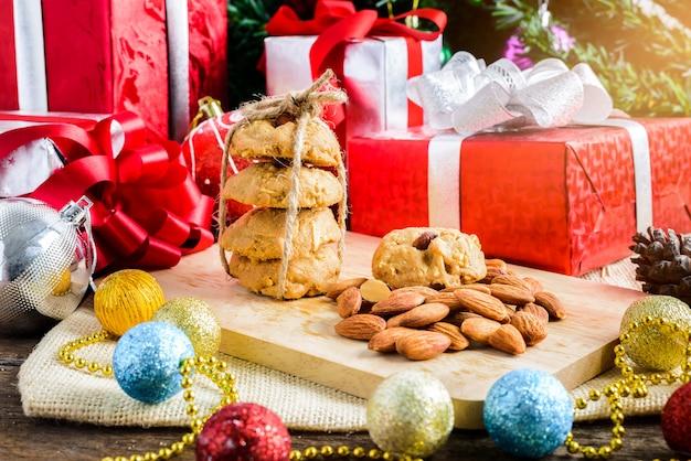 Biscuit aux amandes et décoration de fête, noël et nouvel an sur table