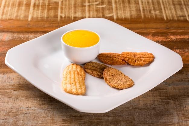 Biscuit aux pépites de chocolat, cacahuètes et goyave avec mousse de mangue