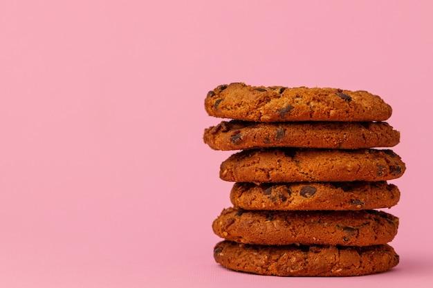 Biscuit aux pépites de chocolat empilé
