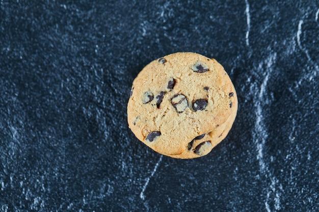 Biscuit aux pépites de chocolat sur une surface en marbre