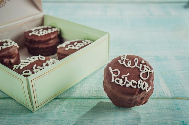 Biscuit chocolat au miel recouvert d'un coffret cadeau écrit happy easter - pao de mel