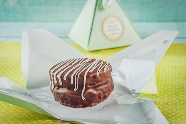 Biscuit chocolat au miel recouvert d'un emballage cadeau écrit happy easter - pao de mel