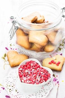 Biscuit comme décor de saint-valentin en forme de coeur dans un bocal en verre