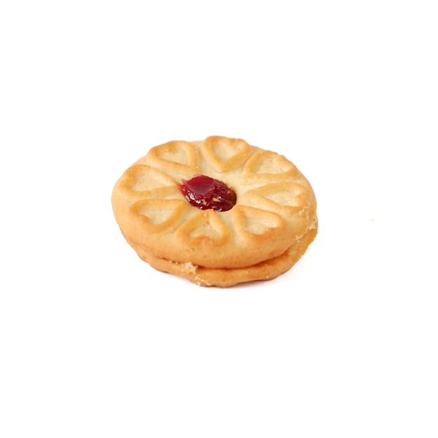 Biscuit à la confiture de fraises isolé sur fond blanc