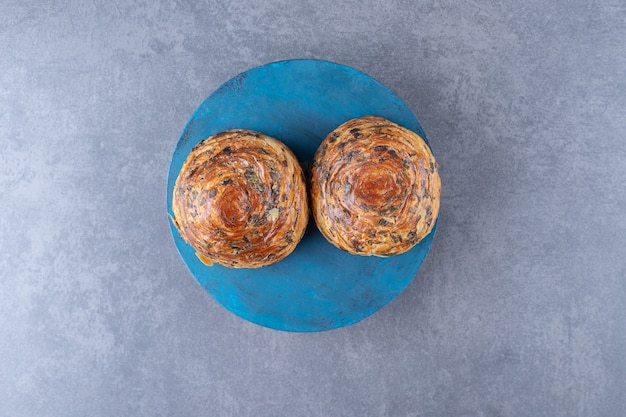 Biscuit délicieux sur une assiette sur une table en marbre.