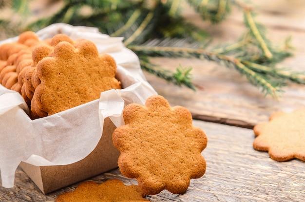 Biscuit fin au gingembre dans une boîte cadeau