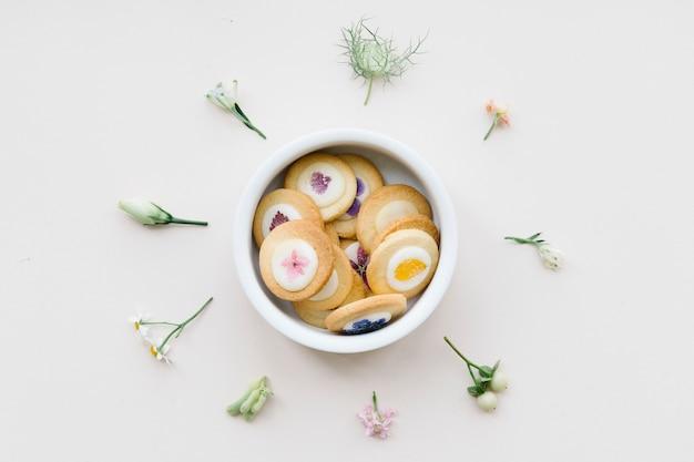 Biscuit floral sur tableau blanc