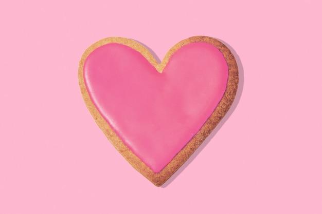 Biscuit en forme de coeur décoré sur rose, vue de dessus