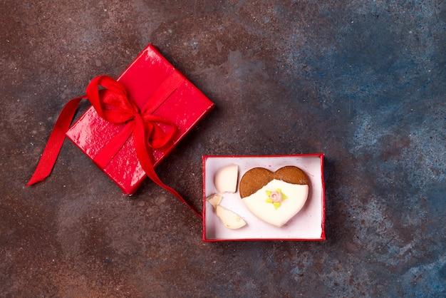 Biscuit en forme de coeur fissuré décoré avec du glaçage en tant que concept de cœur brisé