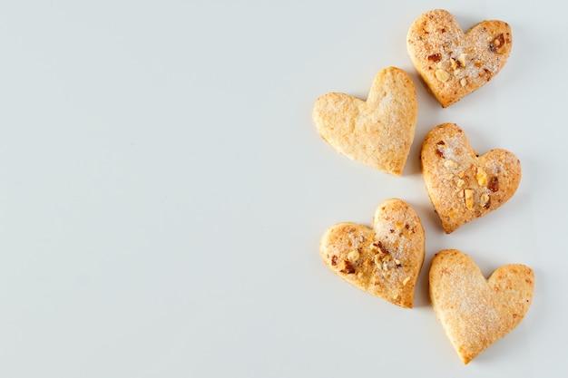Biscuit en forme de coeur sur fond blanc biscuits au sucre en forme de coeur aux amandes