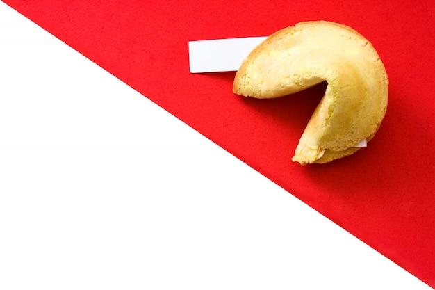 Biscuit de fortune sur rouge et blanc