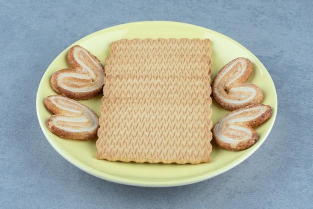 Biscuit frais sur plaque en céramique jaune. gros plan photo.