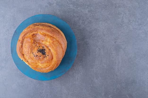 Biscuit gogal savoureux sur une assiette sur une table en marbre.