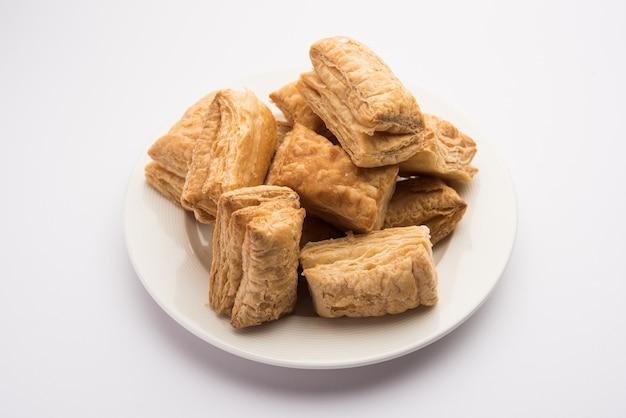 Le biscuit khari puff ou la pâte croustillante est une collation indienne à l'heure du thé