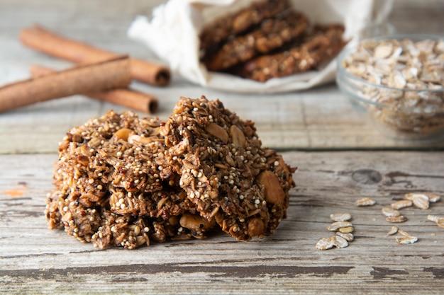 Biscuit maison avec des flocons d'avoine, des noix et du quinoa. biscuits complets. collation ou un dessert santé.