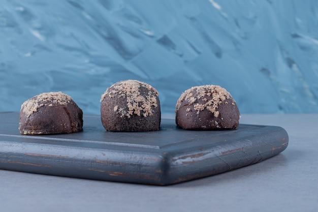 Biscuit maison fraîchement sorti du four. sur planche de bois gris