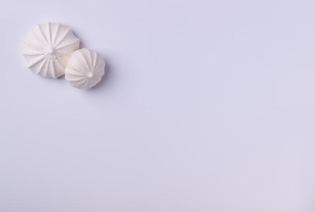 Biscuit de meringue sur fond blanc, pour les arrière-plans ou les textures, copiez l'espace.
