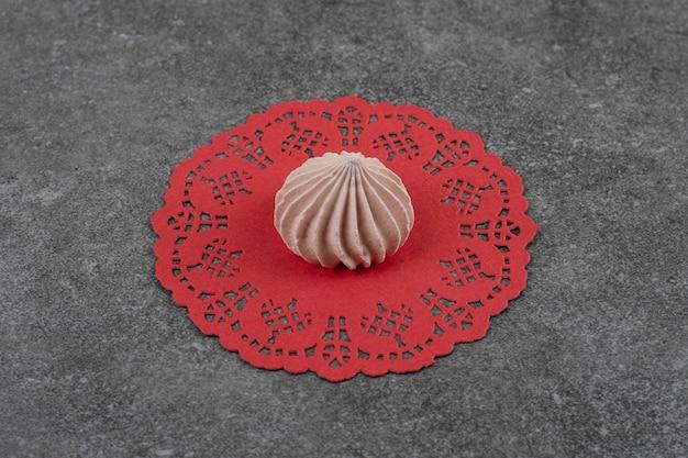 Biscuit de meringue n marron frais sur une serviette rouge.