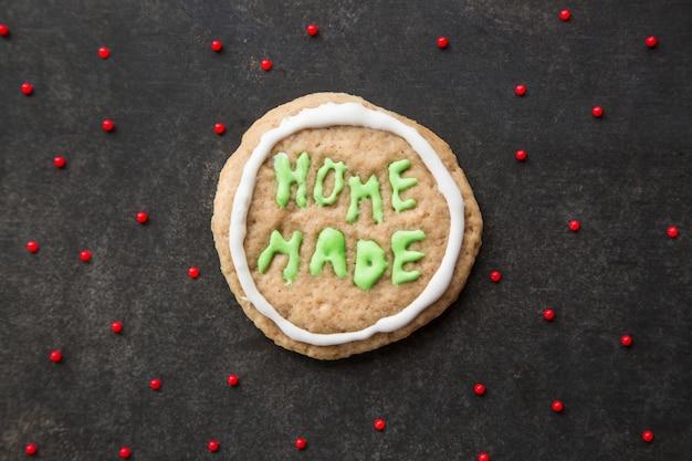 Biscuit de noël fait maison avec décoration de glaçage lettres signées biscuit fait à la maison maladroit