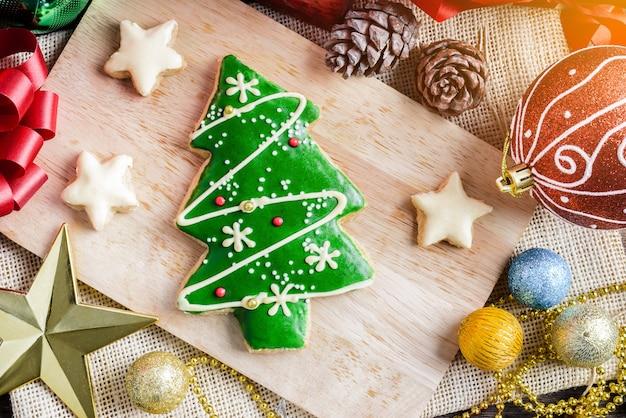 Biscuit de noël et nouvel an en forme de sapin de noël sur table