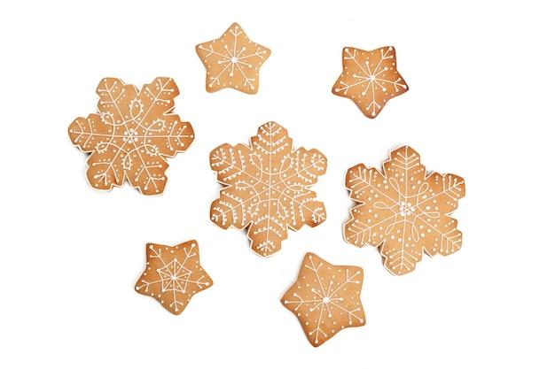 Biscuit de pain d'épice maison de noël sur blanc