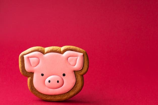 Biscuit de pain d'épice de mignon cochon rose. cuisine traditionnelle de noël. concept de vacances de noël et du nouvel an. copyspace