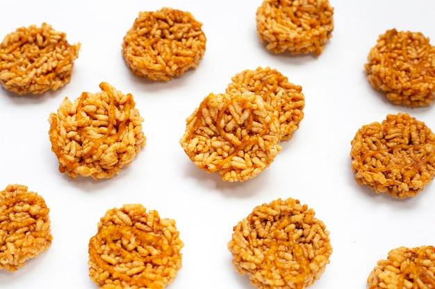 Biscuit de riz au sucre de coco sur blanc