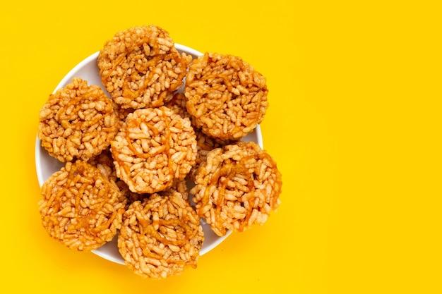 Biscuit de riz au sucre de cocotier sur fond jaune.