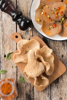 Biscuit de riz aux crevettes dans les aliments thaïlandais sur bois