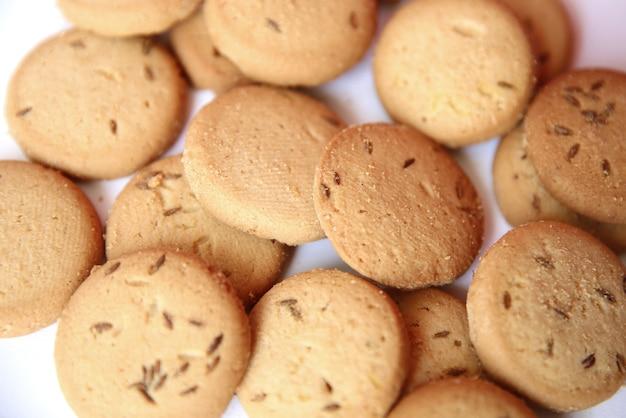 Biscuit sablé au cumin isolé sur fond blanc