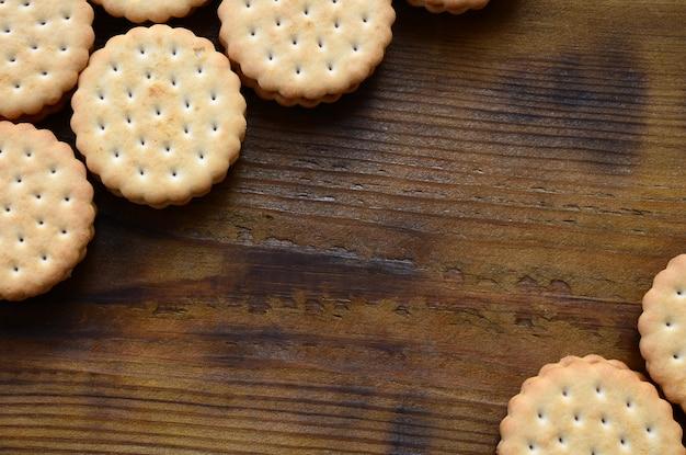 Un biscuit sandwich rond fourré à la noix de coco