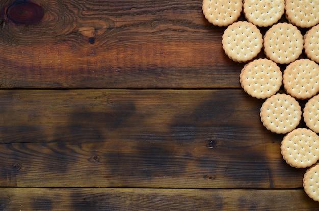 Un biscuit sandwich rond avec une garniture à la noix de coco repose en grande quantité