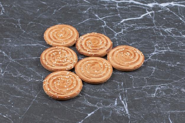 Biscuit savoureux, sur la surface du marbre