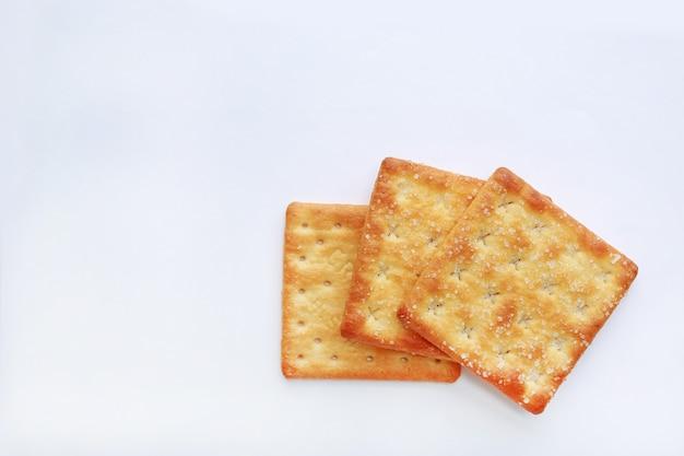 Biscuit stacked cracker sur fond blanc avec espace de copie