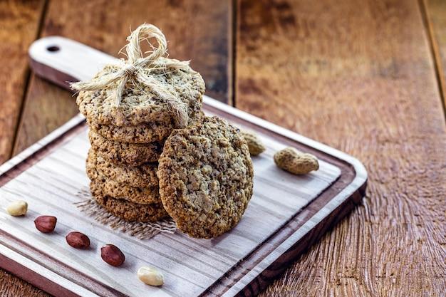 Biscuit végétalien aux arachides, sans œufs ni lait, avec céréales et herbes