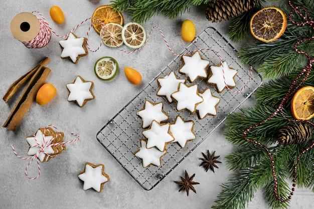 Biscuits allemands traditionnels de noël cannelle étoiles avec branches de sapin cônes de fruits secs et épices