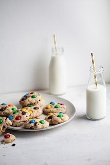 Biscuits américains avec des bonbons colorés et des bouteilles de lait