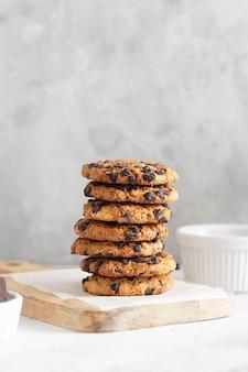 Biscuits américains avec des morceaux de chocolat sur une plaque en bois avec une serviette blanche
