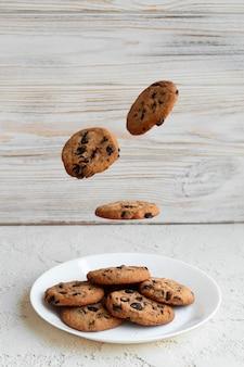 Biscuits américains volants avec des miettes de chocolat, délicieux biscuits faits maison photo verticale