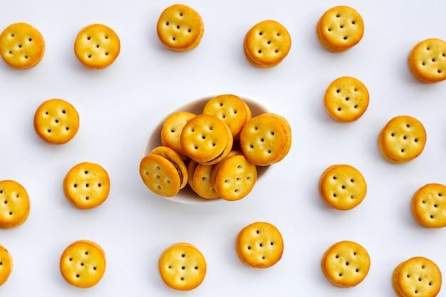 Biscuits à l'ananas isolés sur fond blanc.