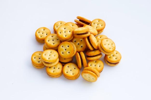 Biscuits à l'ananas isolés sur une surface blanche