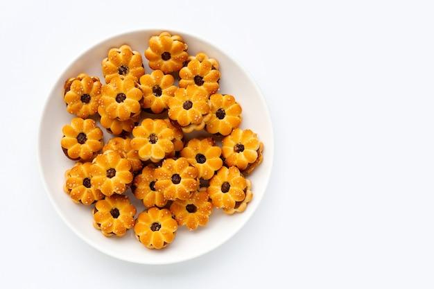 Biscuits à l'ananas isolés sur une surface blanche.