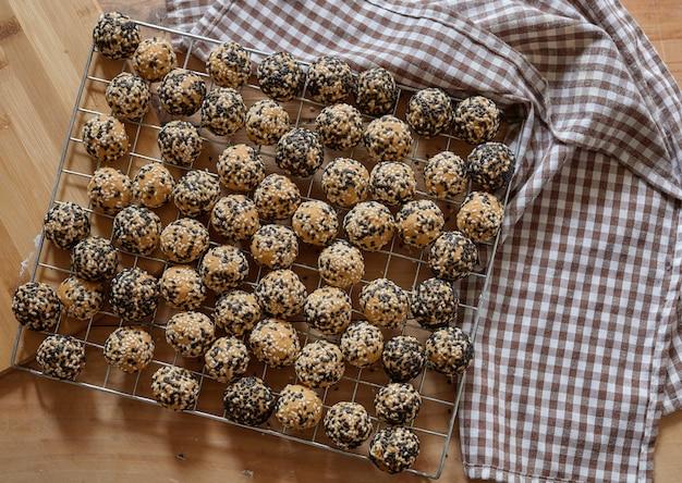 Biscuits arrondis sur la grille de refroidissement