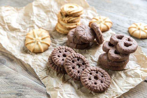 Biscuits au beurre et aux pépites de chocolat sur le bois