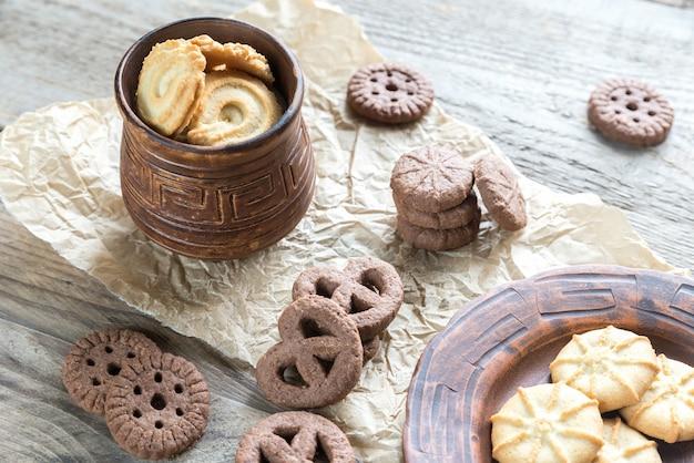 Biscuits au beurre et aux pépites de chocolat sur le fond en bois