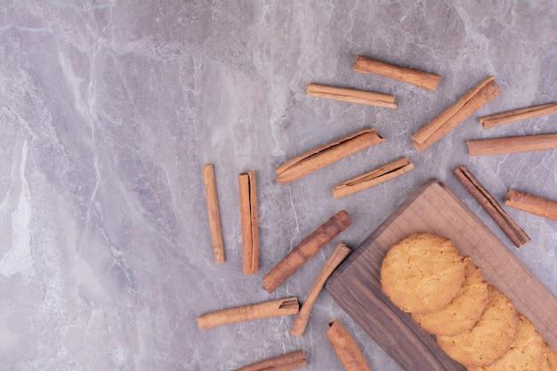 Biscuits au beurre croustillants avec des bâtons de cannelle autour