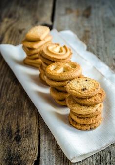 Biscuits au beurre disposés dans une rangée