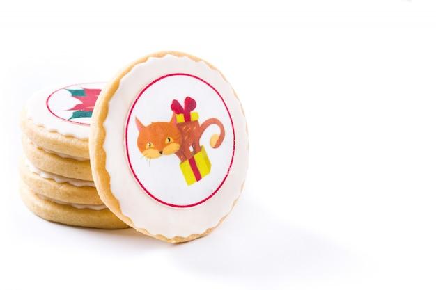Biscuits au beurre faits maison avec un motif de chat de noël imprimé isolé sur blanc