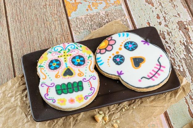 Biscuits au beurre en forme de crâne sur une plaque brune (dia de los muertos).