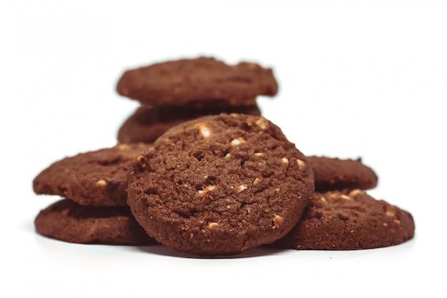 Biscuits au beurre de noix de cajou au chocolat traditionnel sur fond blanc